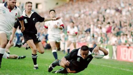 """La meta dei """"25 passi"""" di Lomu: travolti Tony Underwood, Carling e Catt, schiaccia contro l'Inghilterra al Mondiale 1995 GETTY"""
