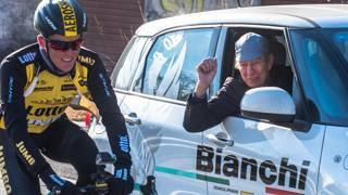 Il grande Felice Gimondi, 74 anni, incita dall'ammiraglia Bianchi l'olandese Steven Kruijswijk, 29 anni, quarto in classifica finale e cinque giorni in rosa al Giro 2016. Foto Patelli