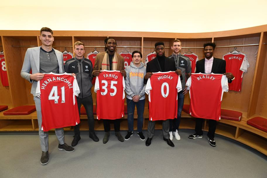 Juan Hernangomez (numero 41), Kenneth Faried (35), Emmanual Mudiay (0), Malik Beasley (25) dei Denver Nuggets posano con Rob Holding, Hector Bellerin e Per Mertesacker dell'Arsenal (Getty Images)