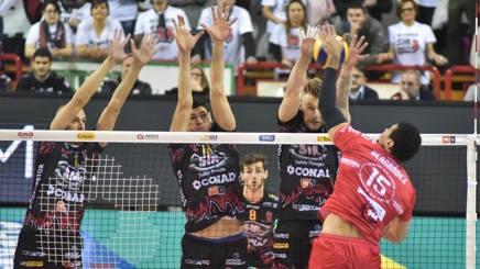 Un attacco di Hernandez durante il match vinto da Piacenza contro Perugia BENDA