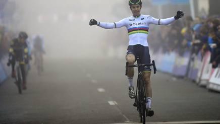 Il belga Wout van Aert, iridato di specialità, in trionfo a Loenhout il 29 dicembre scorso (Bettini)