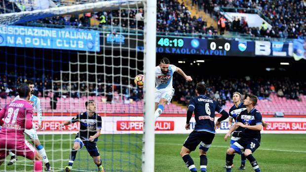 Lorenzo Tonelli, 26 anni, realizza di testa al 2' della ripresa il momentaneo 1-0: è il suo secondo gol in 2 partite col Napoli. LaPresse