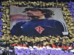 La coreografia dei tifosi della Fiorentina prima della gara contro la Juventus di ieri. Ansa