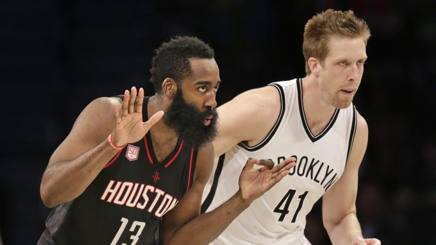 A sinistra, James Harden, 27 anni, guardia degli Houston Rockets. Ap