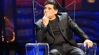 Il San Carlo incorona il suo re: cori e tripudio per Maradona