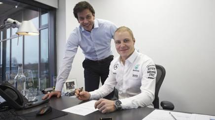Valtteri Bottas firma il contratto con la Mercedes davanti a Toto Wolff