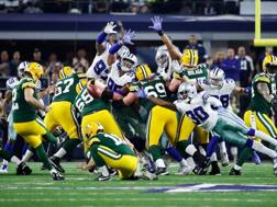 Il piede di Mason Crosby in azione al Cowboys Stadium. Afp