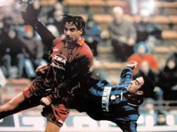Youri Djorkaeff segna in rovesciata contro la Roma