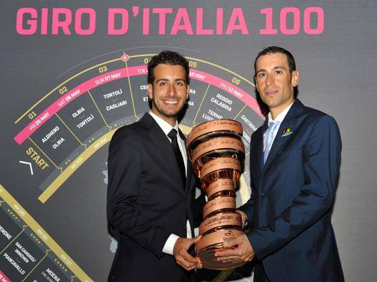 Fabio Aru, 26 anni, e Vincenzo Nibali, 32 anni, con il Trofeo Senza Fine che spetta al vincitore del Giro d'Italia. Foto Bettini