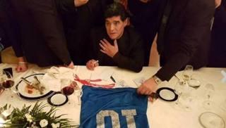 Diego Maradona firma la storica maglia del 1986