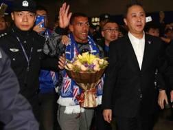 Carlos Tevez, 32 anni, appena atterrato all'aeroporto di Shanghai