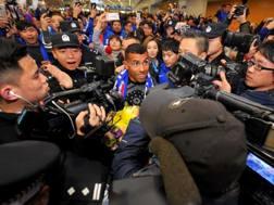 Carlos Tevez all'aeroporto di Shanghai. Afp