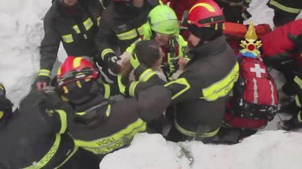 Vigili del Fuoco estraggono una delle persone sopravvissute alla tragedia. Reuters