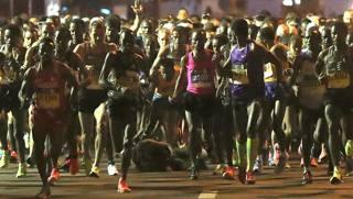 Kenenisa Bekele a terra, tra le gambe degli altri concorrenti, al via della maratona. Colombo