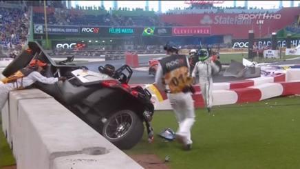 Il buggy di Wehrlein ribaltato contro le protezioni nello stadio di Miami dove si corre la Race of Champions: Massa corre a sincerarsi delle condizioni del collega