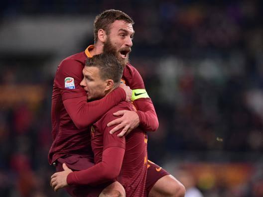 Il capitano della Roma, Daniele De Rossi, abbraccia Edin Dzeko dopo il gol. LaPresse