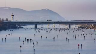 Ondata di gelo in Europa, si pattina sul Danubio a Vienna
