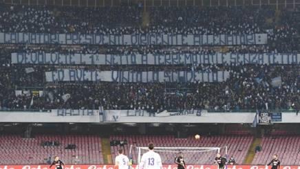 Lo striscione esposto al San Paolo dai tifosi napoletani