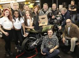 Andrea Novelli (al centro, con la targa in mano) è il vincitore del premio Ferro dell'Anno