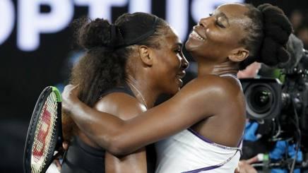 Le sorelle Williams - Serena, 35 anni, e Venus, 36 - si abbracciano alla fine della finale di Melbourne. Afp