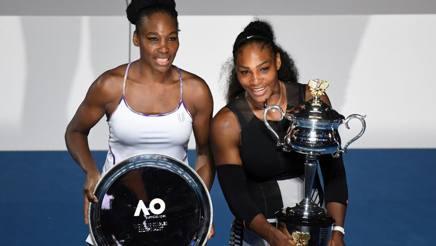 Serena Williams , a destra, col trofeo dell'Australian Open di fianco alla sorella Venus. Afp
