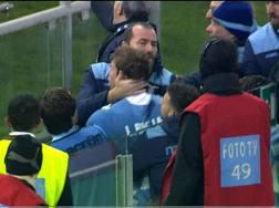 Lucas Biglia protetto dagli steward dopo essere stato aggredito da un tifoso della Lazio. Ansa