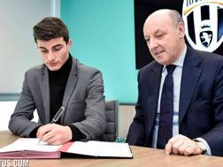 Riccardo Orsolini, 20 anni, firma il suo nuovo contratto con la Juventus