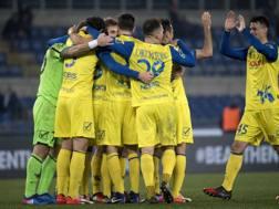 L'esultanza dei giocatori del Chievo dopo la vittoria contro la Lazio. Ansa