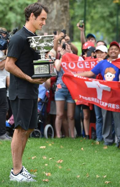 Federer mostra il trofeo ai supporters (Afp)