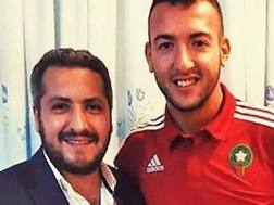 Omar El Kaddouri , 26 anni, centrocampista marocchino, posa con un dirigente del Trabzonspor