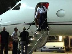 Tiger Woods scende dal suo jet privato