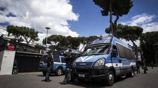 La Polizia all'esterno dello stadio Olimpico prima del derby in finale di Coppa Italia del 2013. Ansa
