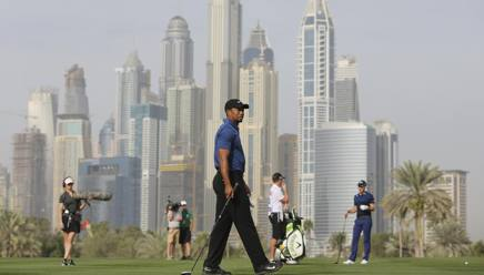 Tiger Woods in azione a Dubai. Ap