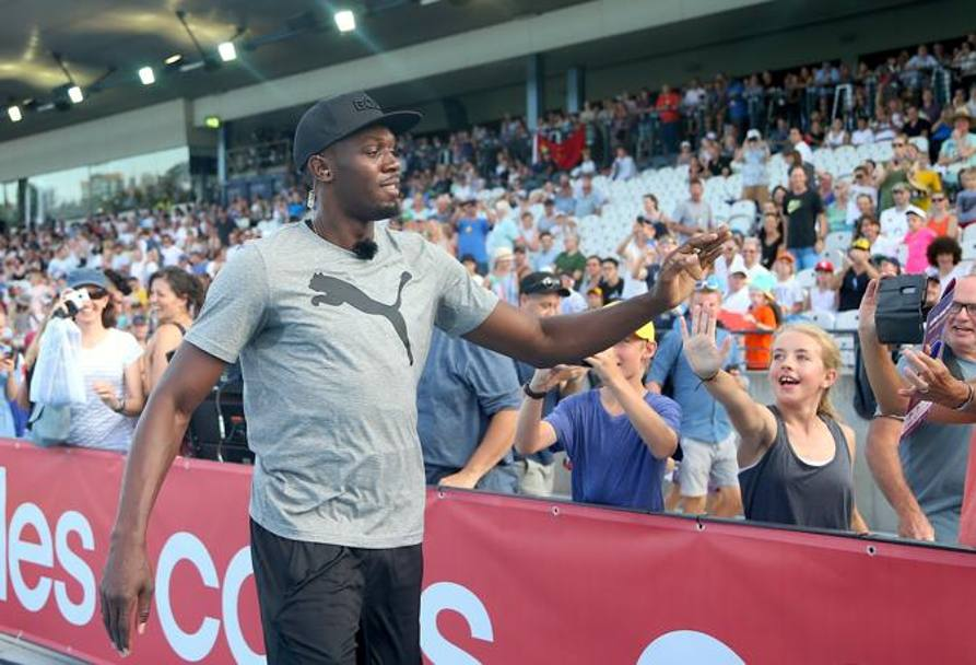 Bolt con in fan prima del Nitro Athletics al Lakeside Stadium di Melbourne