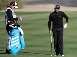 Sergio Garcia in azione a Dubai con un caddie speciale. Afp