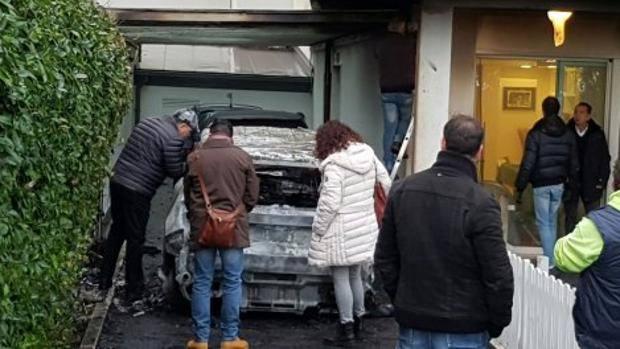 In primo piano una delle due automobili bruciate del presidente del Pescara Daniele Sebastiani