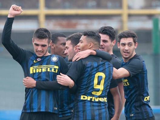 Matteo Rover, abbracciato dai compagni, esulta dopo il suo gol.