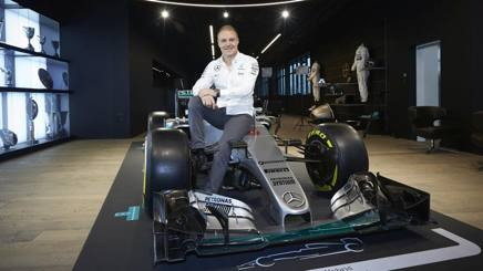 Valtteri Bottas nella sala dei trofei Mercedes