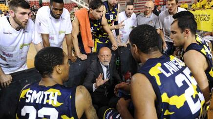 Coach Giancarlo Sacco durante un time out di Recanati. CiamCast