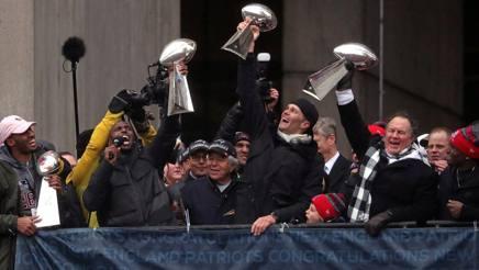 Devin McCourty, primo a sinistra ad alzare il trofeo, con Tom Brady e il coach Bill Belichick Reuters