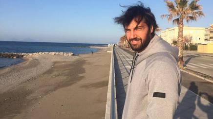 Gianluca Basile sulla spiaggia di Capo d'Orlando. Pintaudi