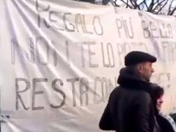Bernardeschi abbraccia la sua tifosa, dietro c'è lo striscione