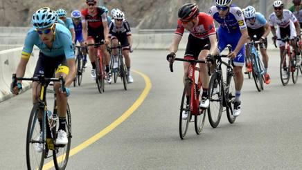 Fabio Aru all'attacco in salita al Giro dell'Oman. Bettini