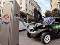 Una colonnina di ricarica per auto elettrica