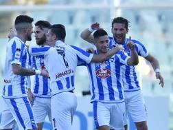 L'abbraccio dei compagni a Gianluca Caprari, 23 anni, attaccante del Pescara, autore del gol del 2-0. Getty Images