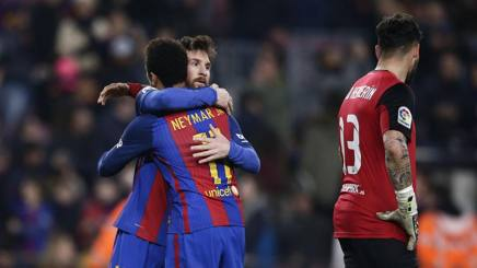 Messi e Neymar si abbracciano al Camp Nou. Ap