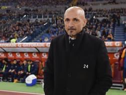 Luciano Spalletti con il numero di Florenzi sul cappotto. Getty