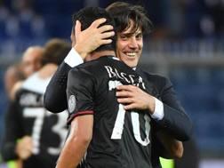 L'abbraccio tra Vincenzo Montella, 42 anni, allenatore del Milan, e Carlos Bacca, 30, attaccante colombiano. Ansa