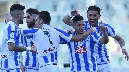 L'esultanza del Pescara dopo il primo dei due gol di Caprari al Genoa- Getty