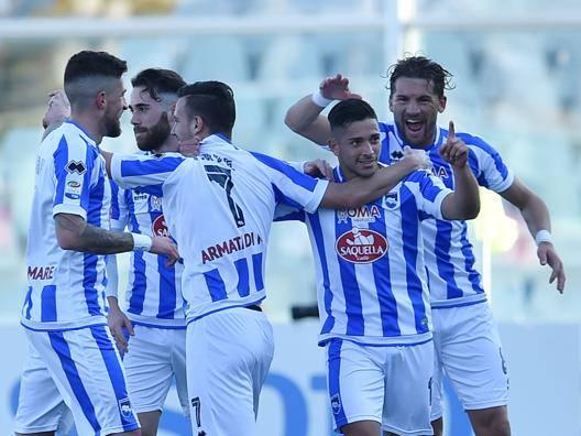 L'esultanza del Pescara dopo il primo dei due gol di Caprari al Genoa. Getty